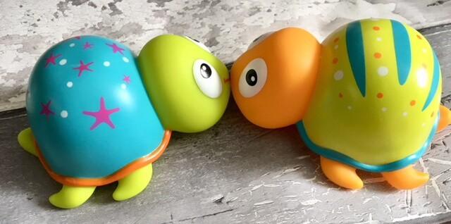 kissing turtles bath toys